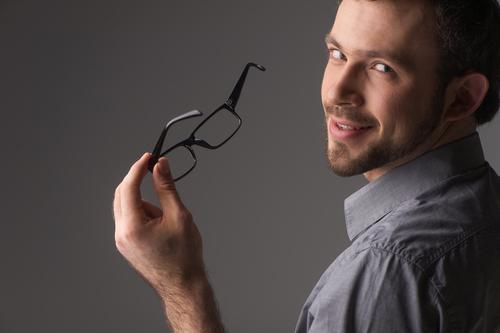 眼鏡を外す心理がはたらくそのワケは?