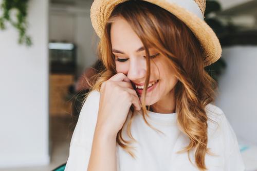 袖を引っ張る心理は女性のどんなアピール?