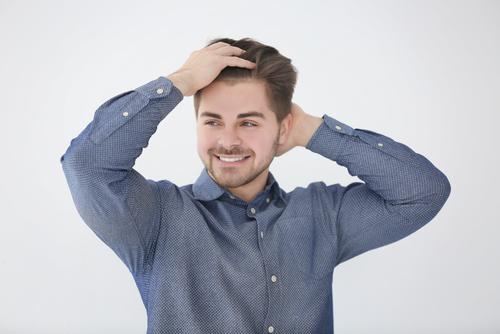 髪をかきあげる人の心理が気になる!その思いを探ってみよう