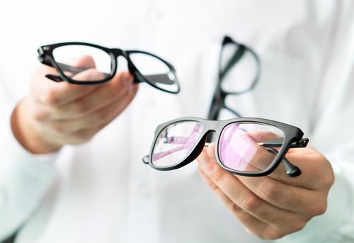 眼鏡を頭にかける心理はカッコいいから?