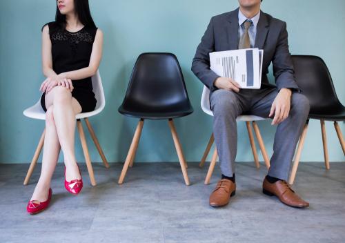 座る位置の心理で気になる人との距離が分かる!