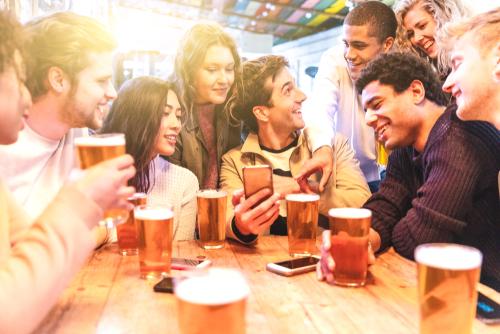 飲み会の席順でわかる心理・誰の隣がいい?