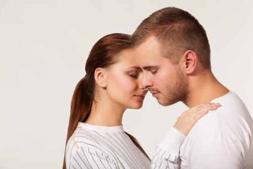 人の耳を触る心理・顔をタッチしてくる意味