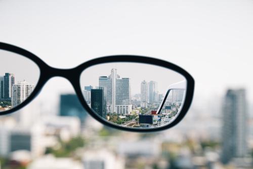 急にメガネをかける心理になるわけとは?