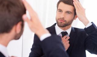 髪を直す心理・外見を気にする人の共通点