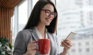 赤いメガネの心理は?メガネが似合う女性の魅力