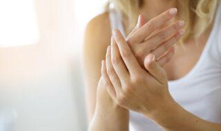 手をマッサージする心理・握り方でわかる思い